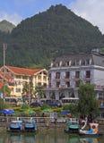 Seeuferansicht von Sapa-Stadt Lizenzfreies Stockfoto