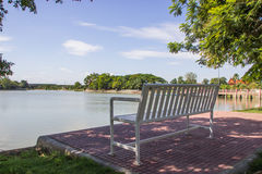 Seeuferpark, -bäume und -bank Lizenzfreie Stockfotos