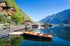 Seeuferpromenade mit Boot bei Hallstatt, Salzkammergut, ober stockfotos