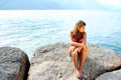 Seeuferschönheit in einem Bikini Lizenzfreies Stockfoto