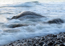 Seewasserströme um Felsen Stockfotografie