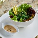 Seeweed-Salat in der weißen Schüssel Stockbild