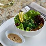 Seeweed-Salat in der weißen Schüssel Stockfotografie