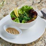 Seeweed-Salat in der weißen Schüssel Lizenzfreie Stockfotografie