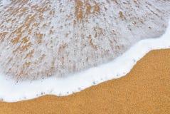 Seewelle über Sand Welle des Meeres auf der Sandstrand Seewelle und sandiger Strand bewegen auf den Sandstrandhintergrund Strandh Lizenzfreies Stockbild