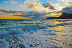 Seewelle auf dem Strand, die Brandung auf der Küste Schwarzen Meers bei Sonnenuntergang Stockbild