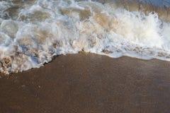 Seewelle auf dem Ufer lizenzfreies stockbild