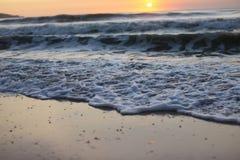 Seewelle auf einem sandigen Strand Stockfotos