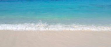 Seewelle auf weißem Sandstrand Lizenzfreies Stockfoto