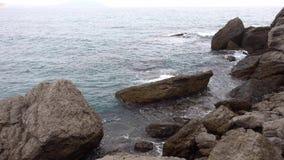 Seewelle der kalten Schläge Schwarzen Meers auf dem felsigen Ufer des Dorfs von Novy Svet in der Krim niemand stock video footage