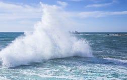 Seewelle mit Schaum Stockfotos