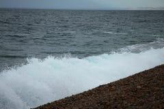 Seewelle und der Kieselsteinstrand Lizenzfreies Stockbild