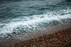 Seewelle und der Kieselsteinstrand Lizenzfreie Stockbilder