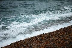 Seewelle und der Kieselsteinstrand Lizenzfreie Stockfotografie