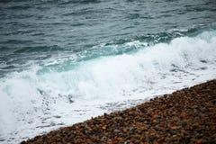 Seewelle und der Kieselsteinstrand Stockfoto