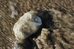 Seewelle und -pebble Beach Stockbild