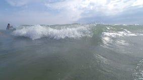 Seewelle, welche direkt die Kamera oder den Zuschauer spritzt stock video