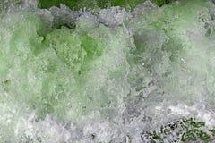 Seewellenblasen und spritzt Stockfoto