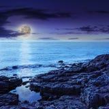 Seewellenbrecher über Flusssteine nachts Lizenzfreies Stockfoto