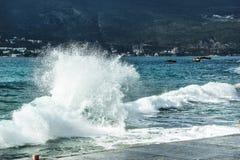Seewellenschläge auf dem Pier Lizenzfreie Stockfotos