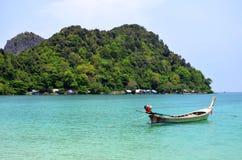 Seezigeunerbretterbuden bei Loh Lana bellen auf Phi Phi Don-Insel Stockfotografie