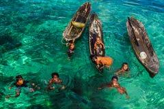 Seezigeunerkinder und ihr Spielplatz - Mabul-Insel, Malaysia lizenzfreie stockfotografie