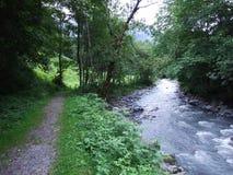 Seezrivier in Weisstannen-dorp en Weisstannental-vallei royalty-vrije stock foto