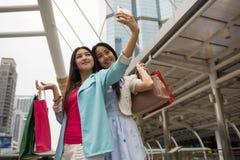 seflie femelle shopaholic d'amis dans la ville Photos libres de droits