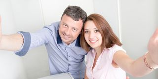 Seflie malking de couples d'affaires dans le bureau Photographie stock libre de droits