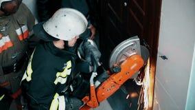 Sega del metallo del pompiere video d archivio
