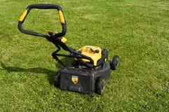 Segadeira de gramado em um gramado. Imagem de Stock Royalty Free