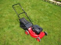 Segadeira de gramado na grama Imagens de Stock