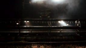 Segador moderno de la cosechadora del primer en la noche que cosecha, vista delantera almacen de metraje de vídeo