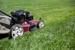 Segando o gramado fora imagem de stock royalty free