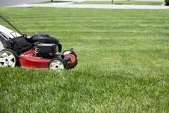 Segando o gramado no jardim da frente Imagem de Stock