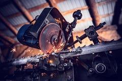 Segare un pezzo in lavorazione d'acciaio immagine stock