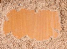 Segatura di legno su fondo di legno con lo spazio della copia libera Spazio vuoto per testo con segatura immagini stock libere da diritti