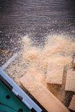 Segatura elettrica del puzzle e perni di legno sul backgro di legno d'annata Immagini Stock
