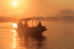 Segel auf dem Fluss Lizenzfreie Stockfotos