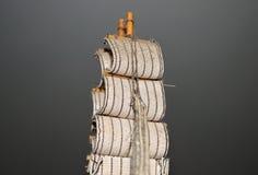 Segel auf Miniatursegelschiff, Abschluss oben lizenzfreies stockfoto