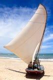 Segel-Boot auf einem brasilianischen Strand Lizenzfreie Stockfotos