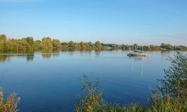 Segel-Boot machte auf einem See an einem ruhigen November-Tag fest Stockbilder