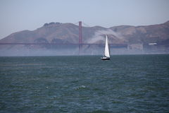Segel-Boot nahe dem Golden Gate stockfotografie
