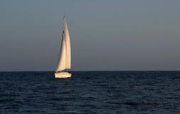 Segel-Boot am Sonnenuntergang Stockbild