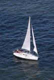 Segel-Boot von der Seite lizenzfreies stockbild