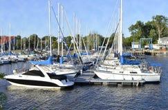 Segel-Boote angekoppelt am Jachthafen Lizenzfreies Stockbild