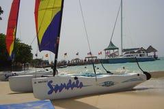 Segel-Boote auf Erholungsort Lizenzfreie Stockfotos