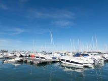 Segel-Boote an einem schönen wolkenlosen Tag im Jachthafen stockfotografie