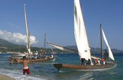 Segel-Boote mit Besatzung Stockbild