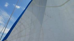 Segel der Segeljacht am Windtag stock footage
